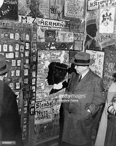 Le secrétaire d'Etat américain, Harold Ickes, inspecte la prison des étudiants à l'université de Heidelberg, Allemagne en 1945.