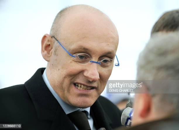 Le secrétaire d'Etat aux Sports et à la jeunesse Bernard Laporte répond aux questions des journalistes le 17 mars 2008 au centre technique du club de...
