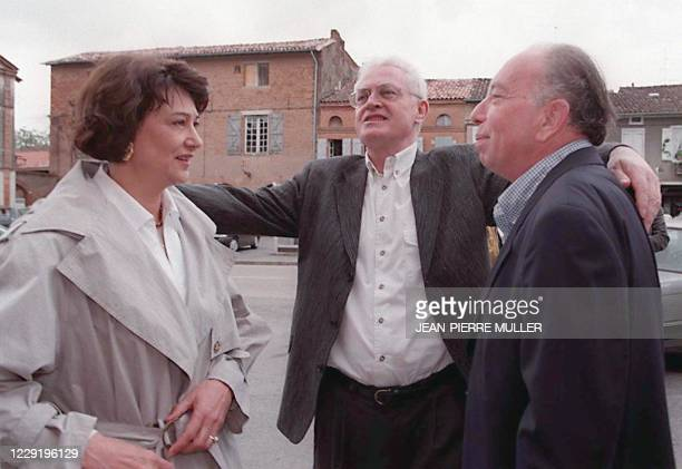 Le secrétaire du Parti socialiste Lionel Jospin , entoure de ses bras, son épouse Sylviane et le maire de Carbonne Guy Héllé , le 17 mai sur la place...