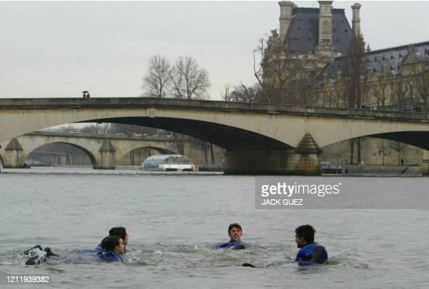Le secrétaire national des Verts Yann Wehrling et trois autres membres du collège exécutif du parti écologiste se baignent dans la Seine le 22 mars...