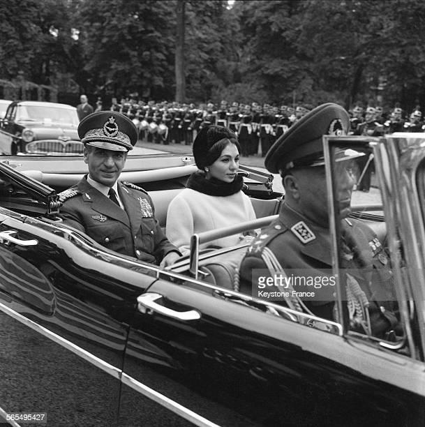 Le Shah d'Iran et de l'Impératrice Farah photographiés en voiture à leur arrivée à Paris France en octobre 1961