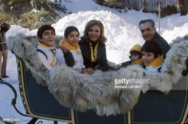Le shah d'Iran et son épouse Farah Diba et leurs enfants Reza Pahlavi Farahnaz Pahlavi Leila Pahlavi et AliReza Pahlavi aux sports d'hiver en janvier...