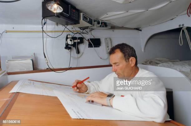 Le skipper Eric Tabarly à bors du voilier Côte d'Or pendant la Course autour du monde le 5 septembre 1985