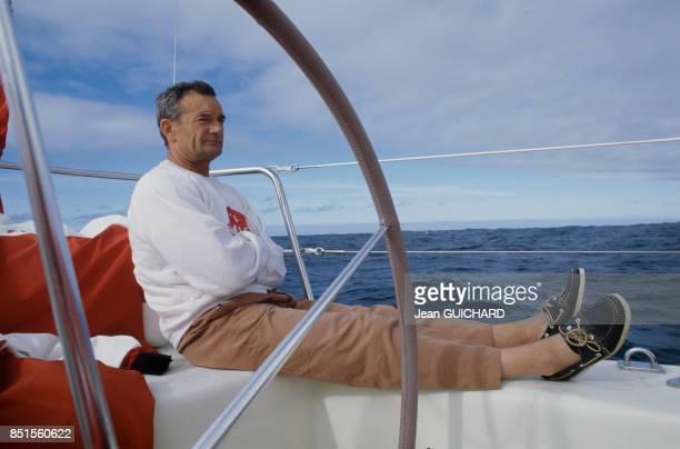 Le skipper Eric Tabarly sur le voilier Côte d'Or pendant la Course autour du monde le 5 septembre 1985