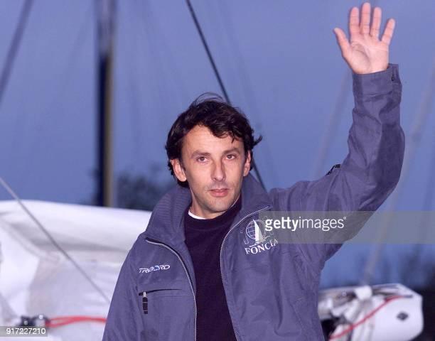 le skipper français Alain Gautier salue la foule le 10 novembre 2002 avant de quitter le port de SaintMalo sur son trimaran 'Foncia' pour prendre le...