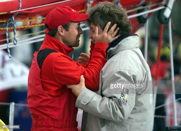 le skipper français Thomas Coville embrasse le navigateur francosuisse Laurent Bourgnon double vainqueur de 'La Route du Rhum' le 10 novembre 2002 de...