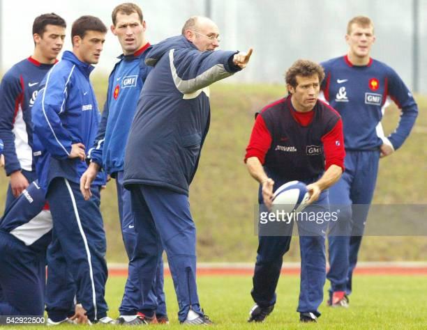 le sélectionneur de l'équipe de France de rugby Bernard Laporte donne des consignes à ses joueurs l'arrière Clément Poitrenaud le centre Xavier...