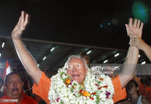 le sénateur UMP Gaston Flosse salue les sympathisants venus le soutenir lors de son meeting de clôture de campagne le 11 février 2005 dans le stade...
