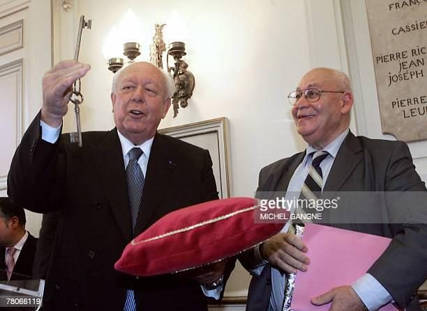 Le s?nateur-maire de Marseille Jean-Claude Gaudin remet les cl?s de la future grande mosqu?e de Marseille ? Nordine Cheikh, pr?sident de...