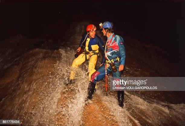Le spéléologue Gérald Favre et Nicolas Hulot lors d'une expédition dans la mégadoline de Minyé en mars 1992, Papouasie-Nouvelle-Guinée.