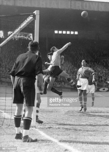 Le stade français bat Metz par 2 à 1 au parc des princes à Paris France le 30 mai 1953 Ici le gardien de but de Metz François Remetter dégage le...