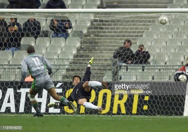 le stéphanois Aloiso tire et marque le premier but de son équipe face au gardien espagnol Imanol le 28 mars 2000 au stade de France à Saint Denis...
