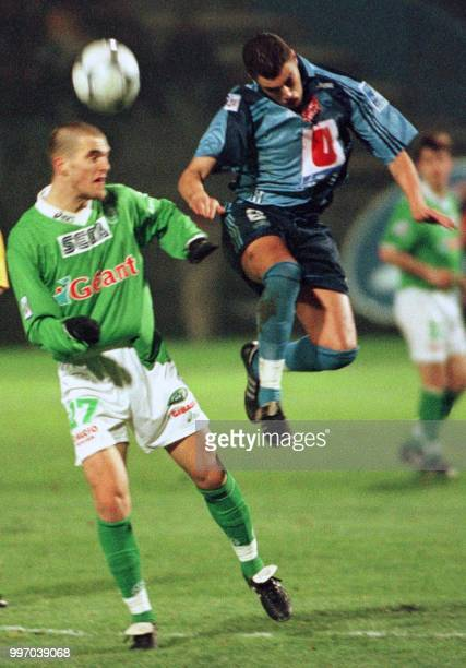 le Stéphanois Sable Fourtassou Julien est à la lutte avec le Havrais Mansouri Yazid le 15 janvier 2000 au Hare lors de la rencontre Le Havre/Saint...