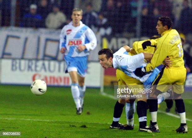 le Strasbourgeois Danijel Ljuboja est bloqué par deux Messins dont Gunter Vandenhoven le 21 décembre 2000 au stade de la Meinau à Strasbourg lors du...