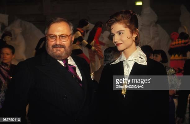 Le styliste Gianfranco Ferre et l'actrice Alessandra Martinez assitent a l'exposition 'Renaissance de la mode italienne' au palais Galliera le 20...