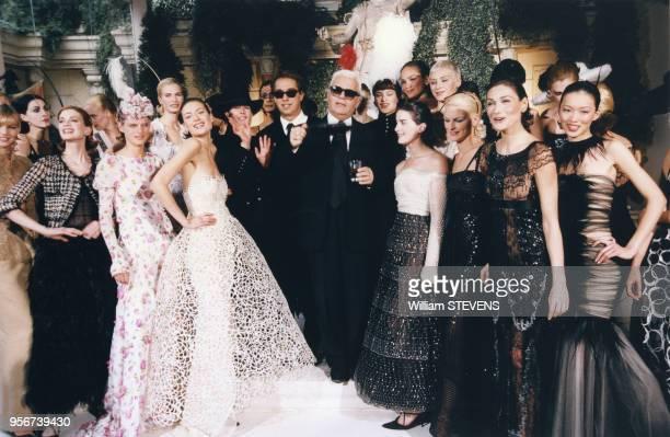 Le styliste Karl Lagerfeld entouré de ses mannequins dont Carla Bruni à droite à l'issue des défilés en janvier 1997 à Paris France