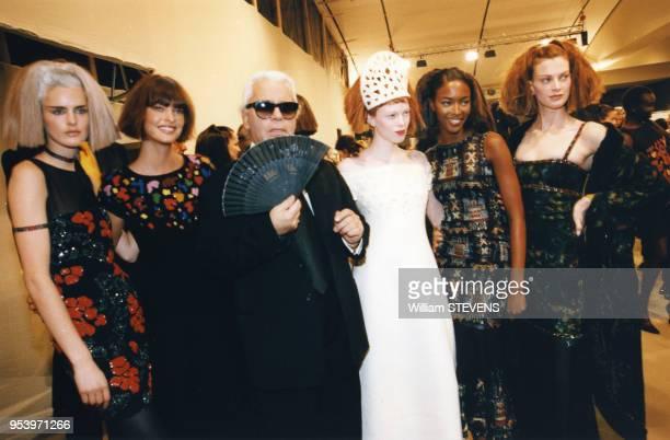 Le styliste Karl Lagerfeld entouré des top models Stella Tennant Linda Evangelista Naomi Campbell et Kristen McMenamy en mars 1997 à Paris France