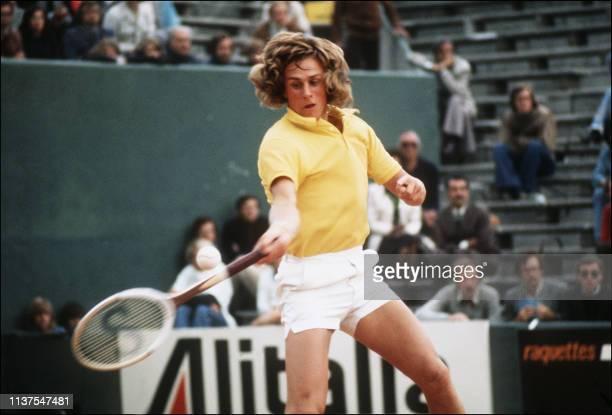 Le Suédois, Bjorn Borg renvoie une balle au Français Jean-François Caujolle, le 06 juin 1974 lors des Internationaux de France à Roland Garros. Borg...