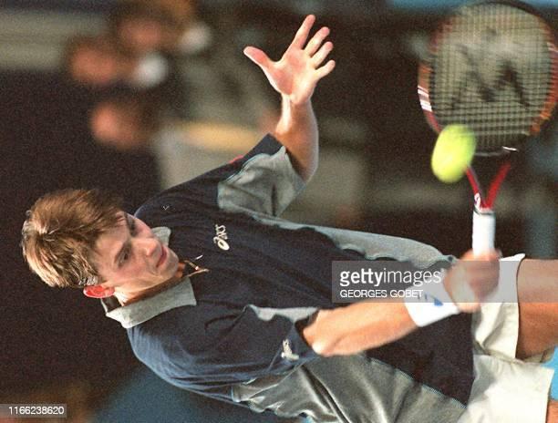 Le suédois Mikael Tillstrom effectue un revers lors du match de quart de finale qu'il remporte face au français Arnaud Boetsch sur le score de...