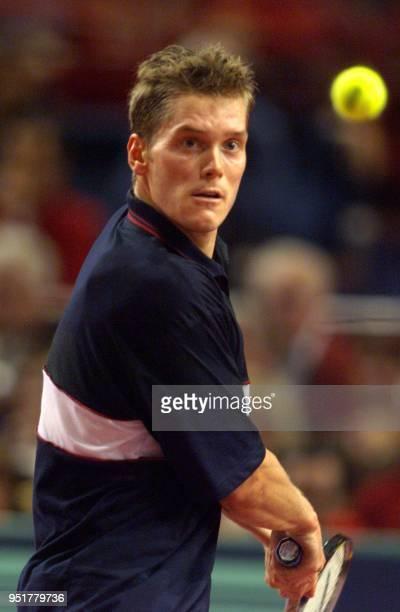 le Suédois Thomas Enqvist regarde une balle de l'Americain Jim Courier le 04 novembre1999 au Palais Omnisports de ParisBercy en huitième de finale...
