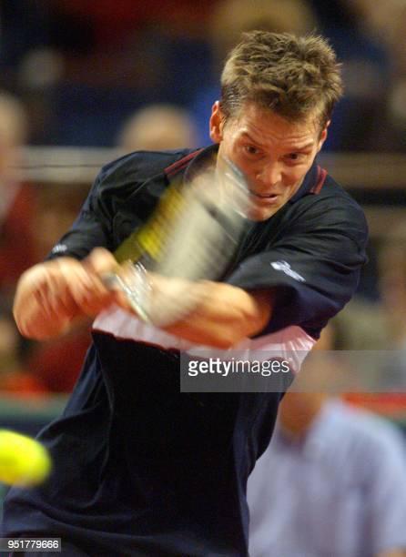 le Suédois Thomas Enqvist renvoie une balle sur l'Americain Jim Courier le 04 novembre1999 au Palais Omnisports de ParisBercy en huitième de finale...