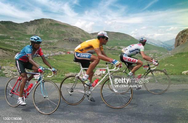 Le Suisse Tony Rominger l'Espagnol Miguel Indurain et le Colombien Alvaro Mejia gravissent le col de la Bonette le 15 juillet 1993 entre Serre...