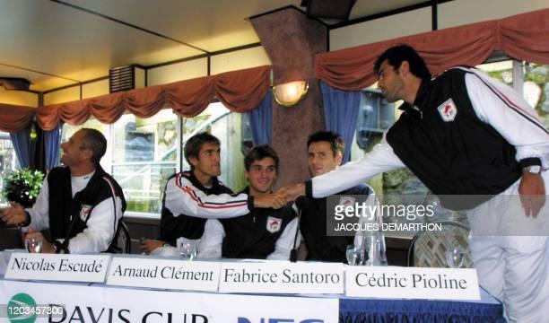 le tennisman français Cédric Pioline salue ses coéquipiers en arrivant le 20 septembre 2001 à Rotterdam pour le tirage au sort de la demifinale...