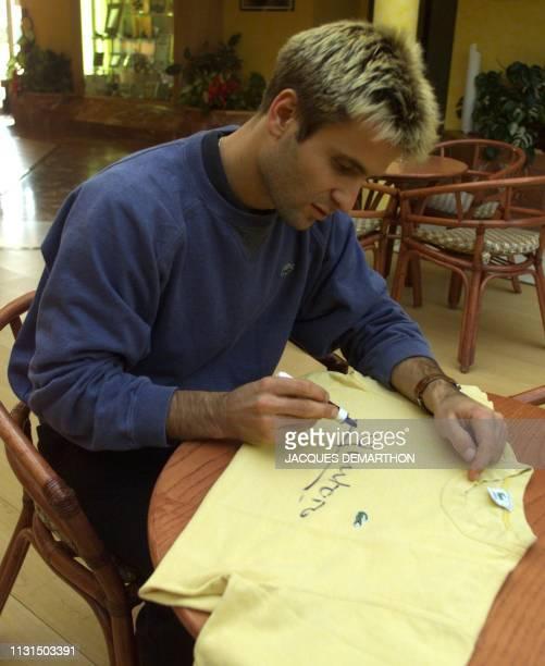 le tennisman français Fabrice Santoro dédicace un maillot le 26 novembre 1999 à Hendaye Il sera mis en vente à Montpellier lors du Téléthon qui se...
