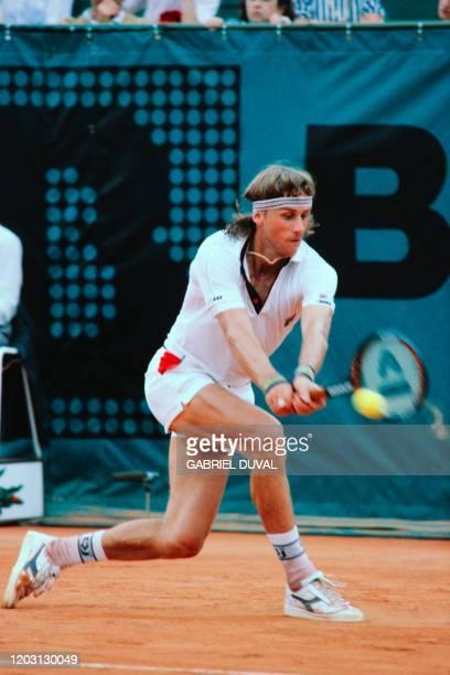Le tennisman suédois Bjorn Borg champion du monde 1981 rattrappe une balle au cours du match de huitièmes de finale qui l'oppose à l'Américain Terry...