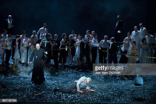 Le tenor americain Charles Workman et le barytonbass allemand Markus Marquardt dans 'Les stigmatisés' un opera en trois actes de Franz Schreker créé...
