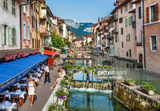 le thiou canal old town of annecy - フランス アヌシー ストックフォトと画像