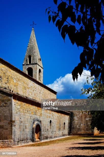 le thoronet abbey-church under a beautiful blue sky - cisterciense - fotografias e filmes do acervo
