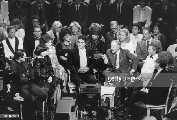 Le ténor Placido Domingo invité de l'émission de Jacques Chancel 'Le Grand Echiquier' avec également Robert Hossein Mireille Mathieu et Charles...