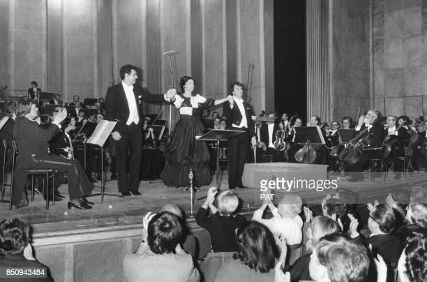 Le ténor Placido Domingo sur scène avec Patricia Wise et le chef d'orchestre Luis Antonio Garcia Navarro circa 1980 à Paris France