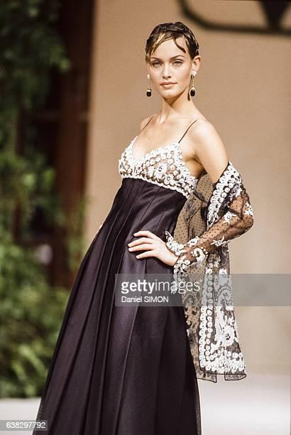 Le top model Amber Valletta lors du défilé Valentino Haute Couture Printemps/Eté 1994 en janvier 1994 à Paris, France.
