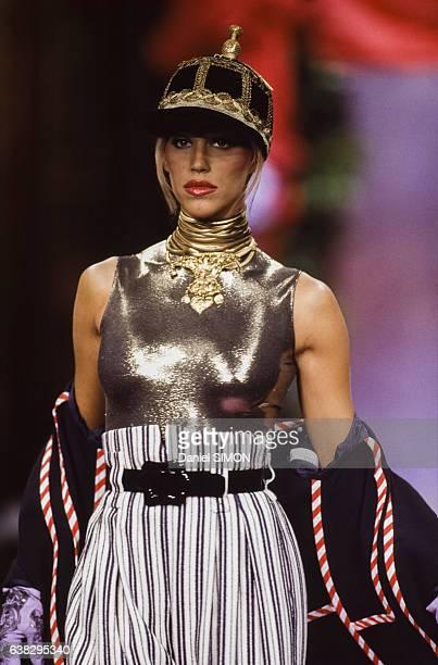Le top model Emma Sjoberg lors du défilé Christian Lacroix Haute Couture Printemps/Eté 1994 en janvier 1994 à Paris France
