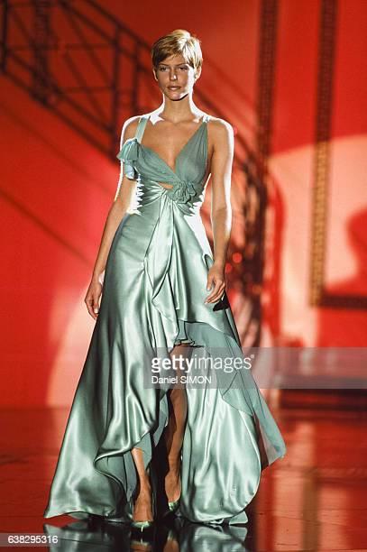 Le top model Emma Sjoberg lors du défilé Versace Haute Couture Printemps/Eté 1994 en janvier 1994 à Paris France