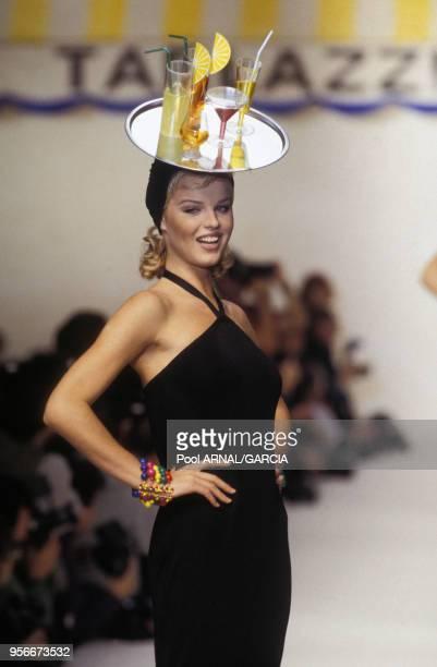 Le top model Eva Herzigova avec un chapeau représentant des verres sur un plateau lors du défilé Angelo Tarlazzi Prêtàporter PrintempsEté 1993 en...