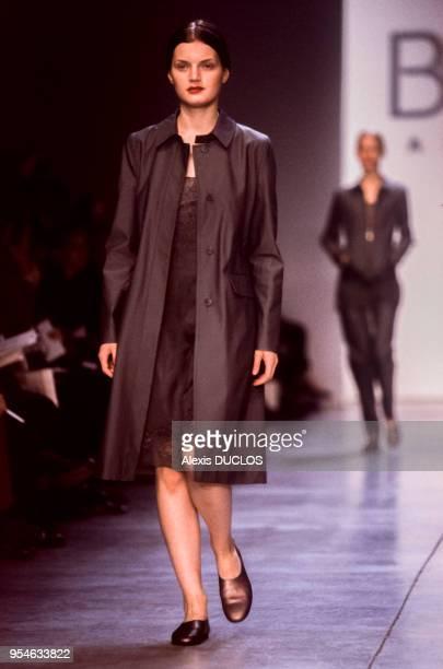 Le top model Genevieve lors du défilé de la maison BCBG Max Azria le 4 novembre 1997 à New York EtatsUnis