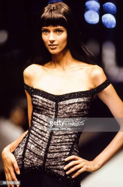 Le top model Heather Noah lors du défilé Hervé Léger Prêt-à-Porter Automne-Hiver 1997-1998 le 14 mars 1997 à Paris, France.
