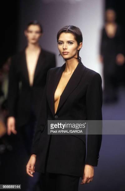 Le top model Heather Stewart-Whyte défile pour la maison Lanvin en mars 1993 à Paris, France.
