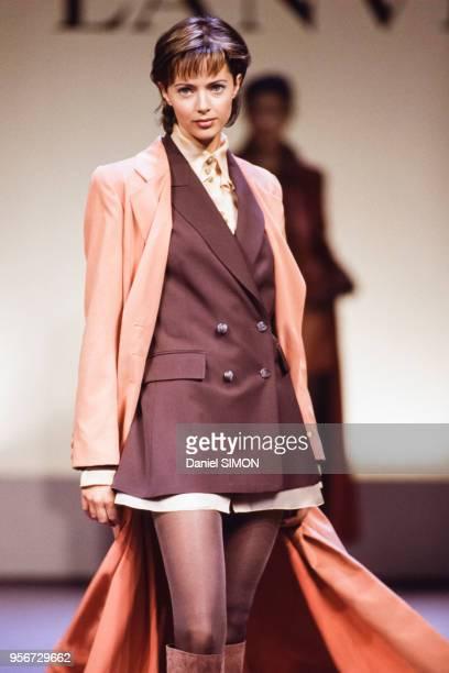 Le top model Heather StewartWhyte défile pour Lanvin collection PrêtàPorter AutomneHiver 19941995 en mars 1994 à Paris France