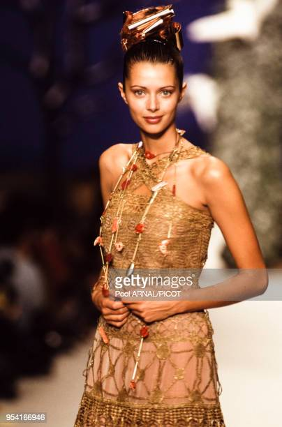 Le top model Heather Stewart-Whyte lors du défilé Chloé en mars 1994 à Paris, France.