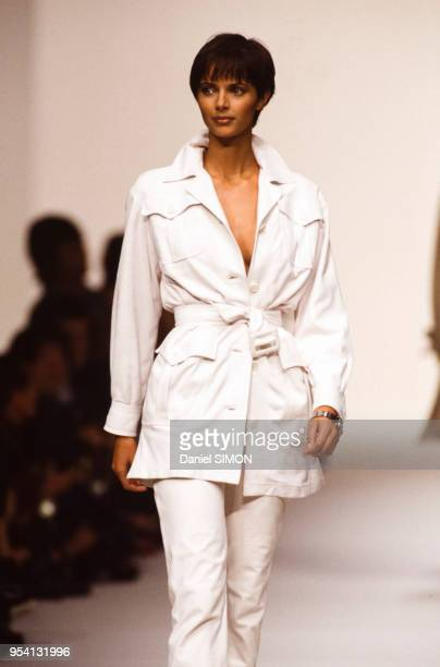 Le top model Heather StewartWhyte lors du défilé Hermès collection PrêtàPorter PrintempsEté 1994 le 12 octobre 1993 à Paris France