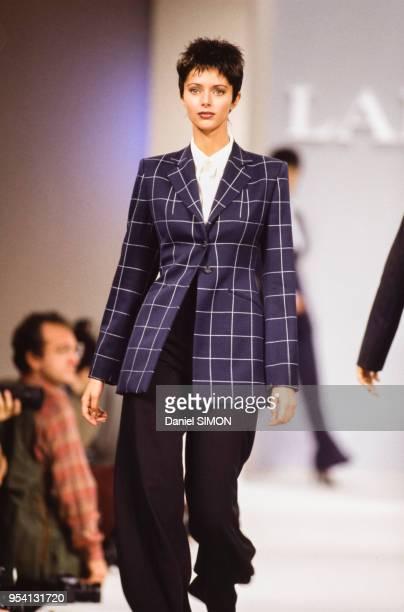 Le top model Heather Stewart-Whyte lors du défilé Lanvin, collection Prêt-à-Porter Printemps-Eté 1994 le 11 octobre 1993 à Paris, France.