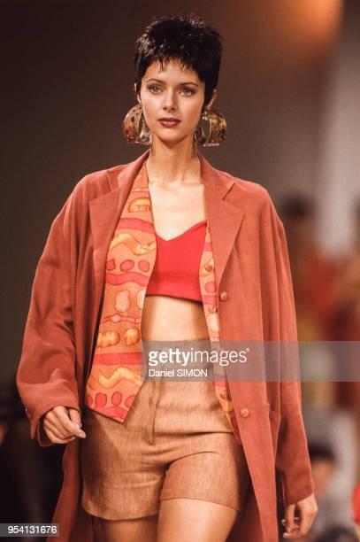 Le top model Heather Stewart-Whyte lors du défilé Sonia Rykiel, collection Prêt-à-Porter Printemps-Eté 1994 le 11 octobre 1993 à Paris, France.