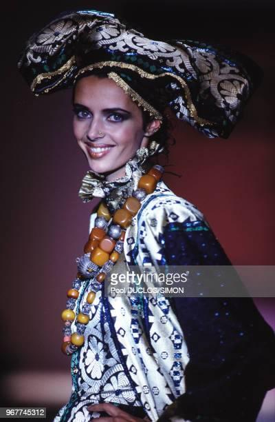 Le top model Heather Stewart-Whyte lors d'un défilé de mode ethnique au profit des enfants d'Ethiopie le 14 octobre 1996 à Paris, France.