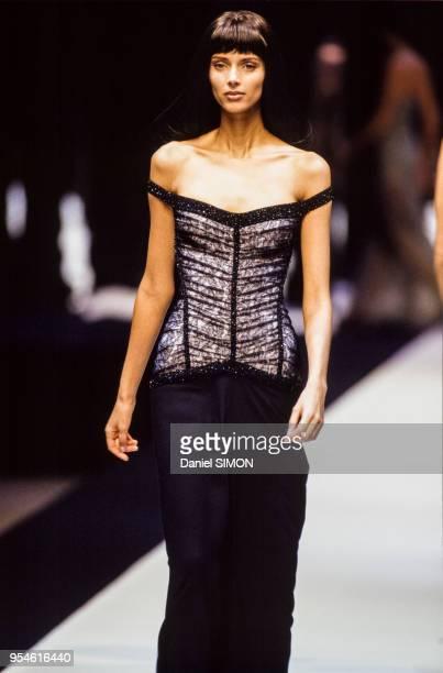 Le top model Heather Stewart-Whyte pendant le défilé Hervé Léger en mars 1997 à Paris, France.