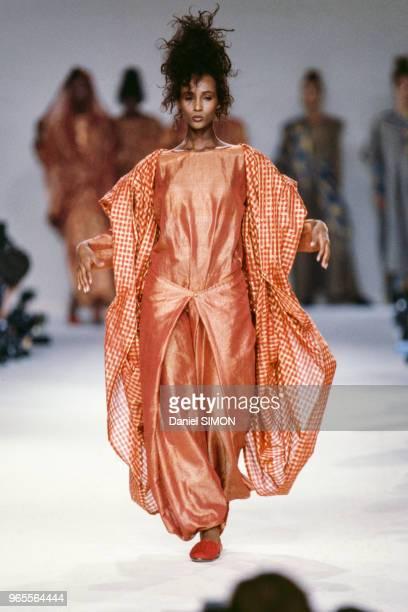 Le top model Iman lors du défilé Karl Lagerfeld le 19 octobre 1985 à Paris France