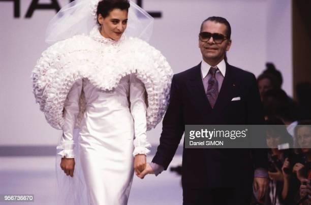 Le top model Inès de la Fressange et le styliste Karl Lagerfeld lors du défilé Chanel en juillet 1987 à Paris France